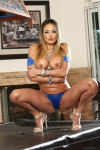 The Squirting Housewives: Claudia Valentine