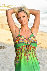 Nikki - Beach Beauty MILF