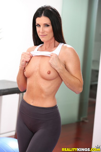 Sporty MILF India Reynolds Strips In The Gym