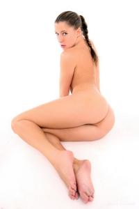 Renata sprending her sexy legs