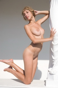 Heart-stopping blond poses totally naked