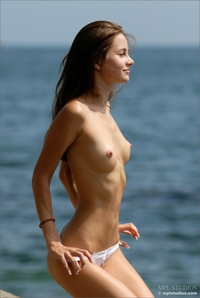 Slimfit beauty posing by the sea