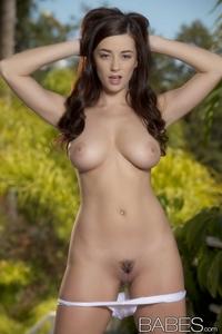 Busty Taylor Vixen's sexy bikini treat