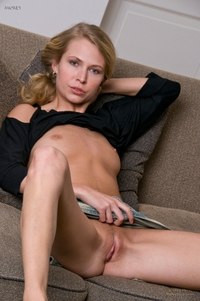 Blonde babe's juicy pink pussyhole
