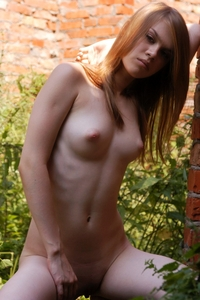 Young virgin Darinka naked in the garden