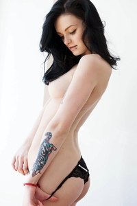 Tattooed babe Sinni stripping