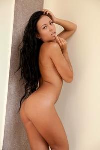 Gorgeous virgin Bailey posing naked