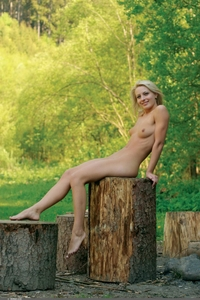 Amateur schoolbabe nude in the park