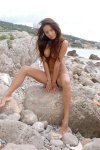 Gorgeous brunette Hannusya posing