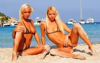 2 sexy blonde girls in bikini