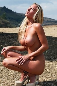 Tempting blonde babe