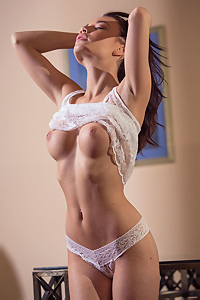 Nici Dee Gets Nude